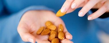 Яденето на бадеми, фъстъци и сушени кайсии предпазва от рак на черния дроб