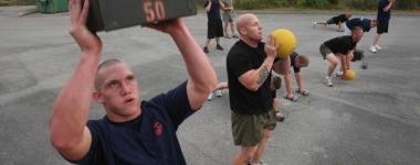 Кросфит – гимнастика, вдигане на тежести, бягане и гребане в едно