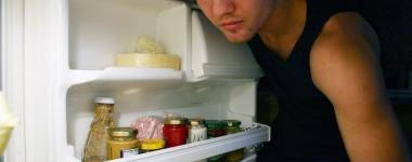 Тършуването из хладилника късно вечер наистина води до напълняване