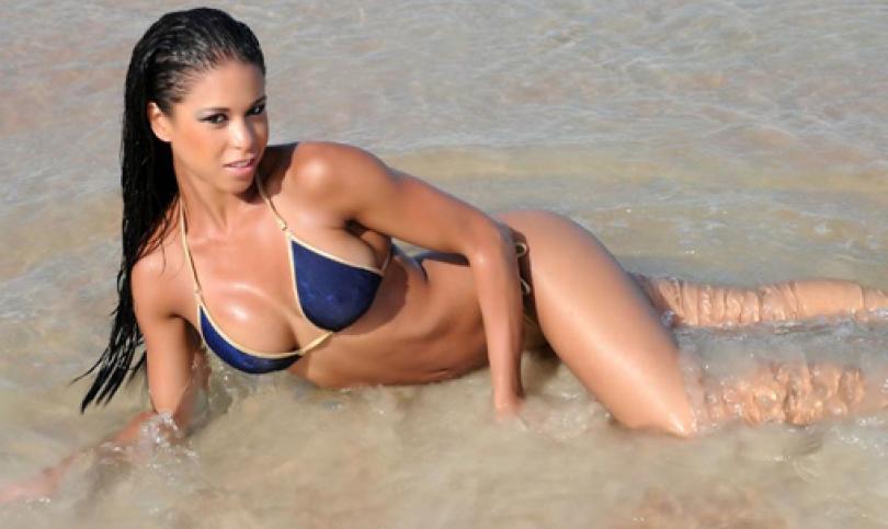 Индиа Паулино – Горещата полицайка, която закопча титлата на 2013 Bikini Arnold Classic (Видео)